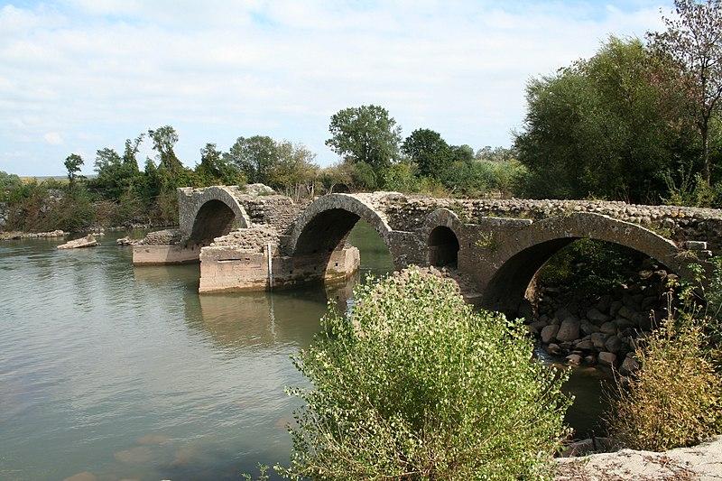 Photo du Monument Historique Restes du pont romain situé à Saint-Thibéry