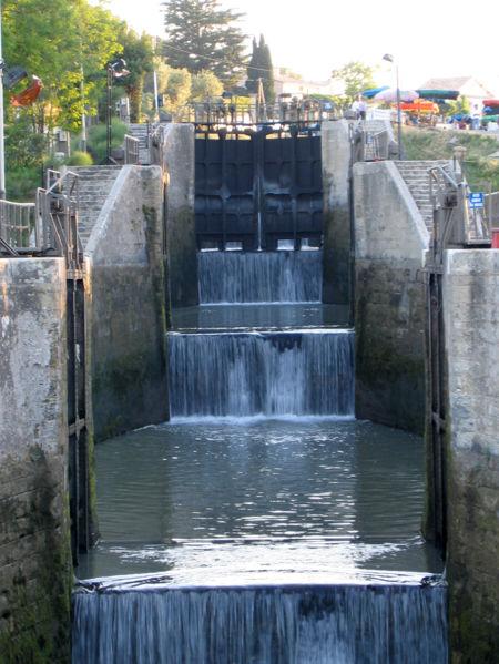 Photo du Monument Historique Canal du Midi : écluses de Fonsérannes situé à Béziers