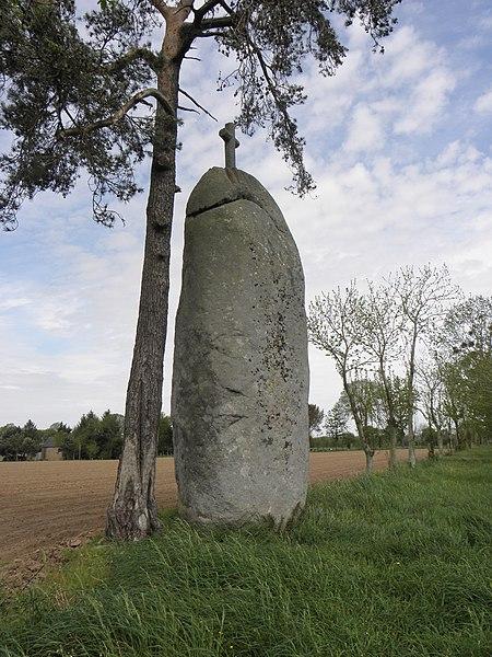 Photo du Monument Historique Menhir dit La Pierre-Longue situé à Cuguen