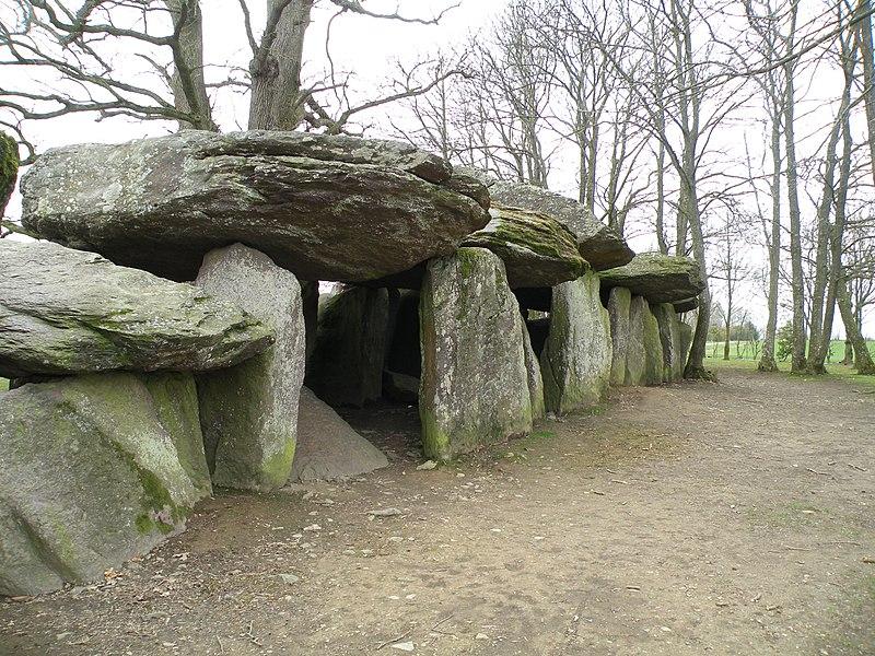 Photo du Monument Historique Dolmen dit La Roche-aux-Fées situé à Essé