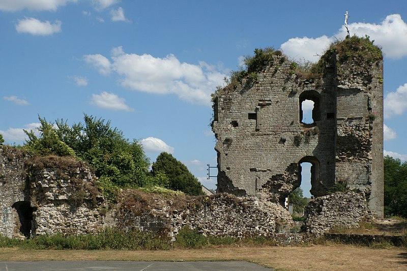 Photo du Monument Historique Restes du Vieux-Château situé à Hédé