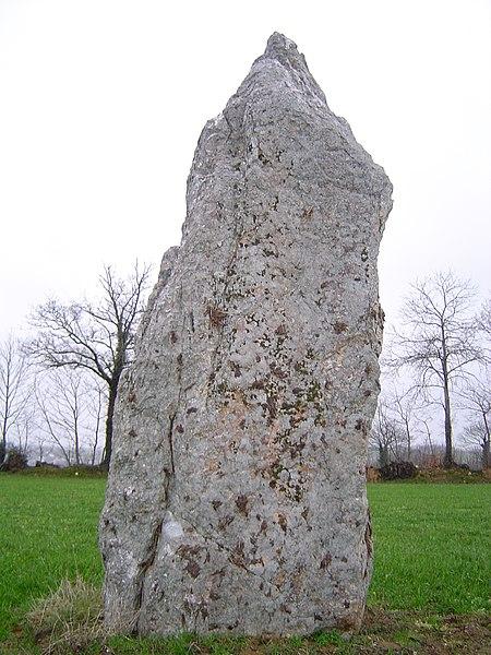 Photo du Monument Historique Menhir dit La Pierre Blanche situé à Pocé-les-Bois