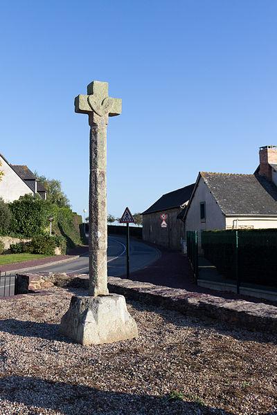 Photo du Monument Historique Croix du 16e siècle situé à Rheu (Le)