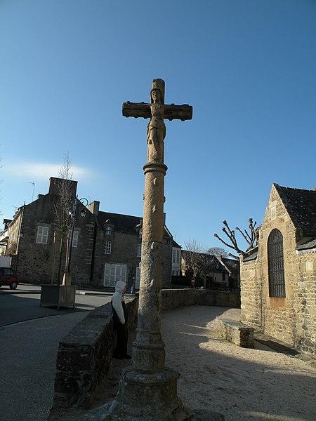 Photo du Monument Historique Calvaire situé dans le jardin de l'église situé à Saint-Lunaire