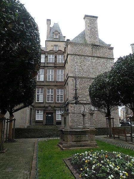 Photo du Monument Historique Ancien hôtel André-Desilles, actuellement bibliothèque municipale situé à Saint-Malo