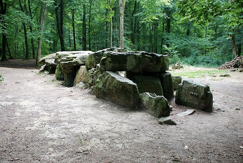 Photo du Monument Historique Dolmen, dit Maison des Feins, ou des Fées situé à Tressé