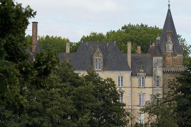 Photo du Monument Historique Château du Plessis situé à Argentré-du-Plessis