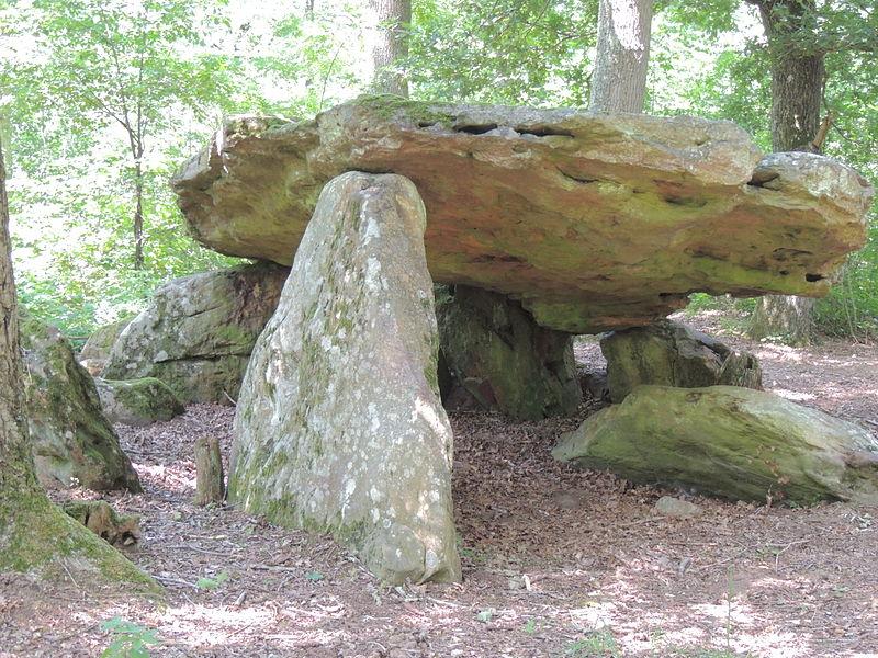 Photo du Monument Historique Dolmen dit la Pierre couverte de Bué situé à Bagneux