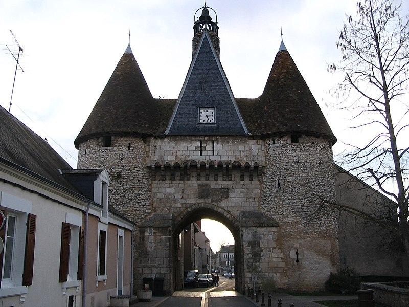 Photo du Monument Historique Ancienne porte de ville situé à Déols