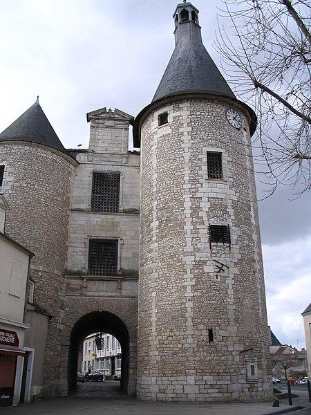 Photo du Monument Historique Porte dite de l'Horloge situé à Issoudun