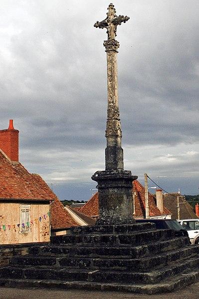 Photo du Monument Historique Croix située sur la place centrale situé à Sainte-Sévère-sur-Indre