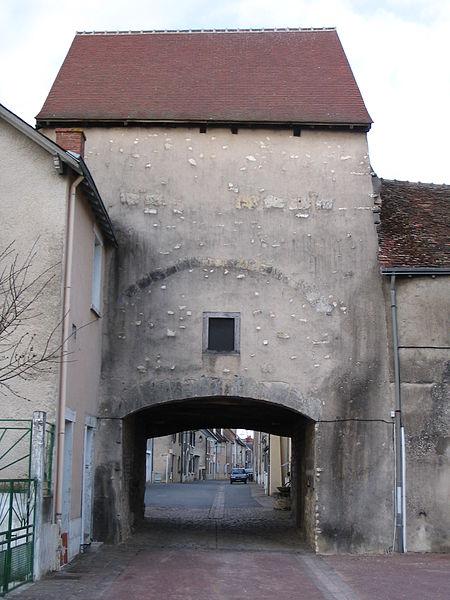 Photo du Monument Historique Porte dite  du pont Perrin  et partie de l'enceinte urbaine situé à Déols