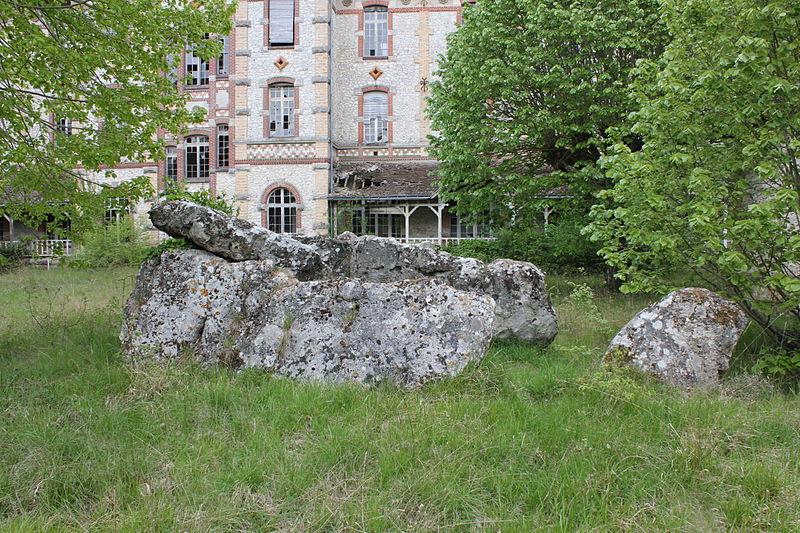 Photo du Monument Historique Dolmen dit La Pierre Levée situé à Beaumont-la-Ronce