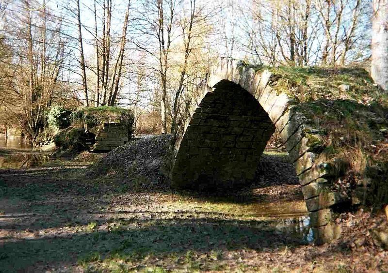 Photo du Monument Historique Vestiges du pont sur l'Indre du 15e siècle situé à Chambourg-sur-Indre