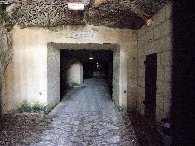 Photo du Monument Historique Entrée des Caves peintes situé à Chinon