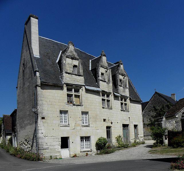 Photo du Monument Historique Maison du 15e siècle, sise sur la place situé à Crissay-sur-Manse
