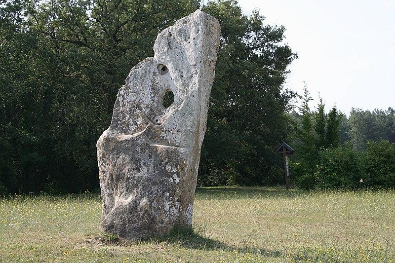 Photo du Monument Historique Menhir dit Pierre Percée ou des Arabes situé à Draché
