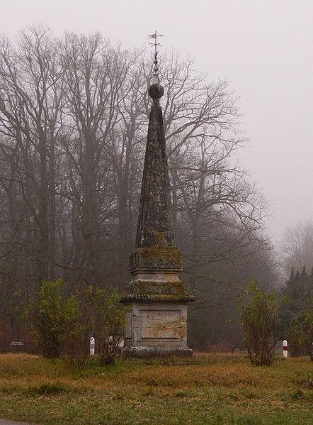 Photo du Monument Historique Pyramide de Génillé situé à Ferrière-sur-Beaulieu
