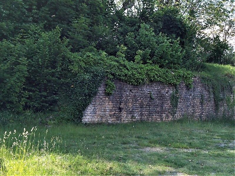 Photo Du Monument Historique Mur De Terrasse Antique Situé à  Bourgoin Jallieu