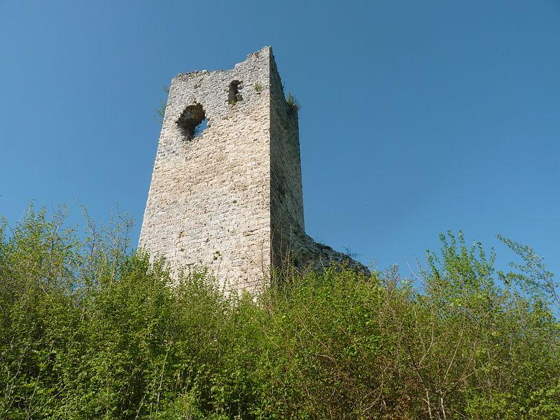 Photo du Monument Historique Château de Clermont situé à Chirens