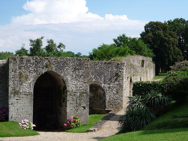 Photo du Monument Historique Remparts et restes du château situé à Septème