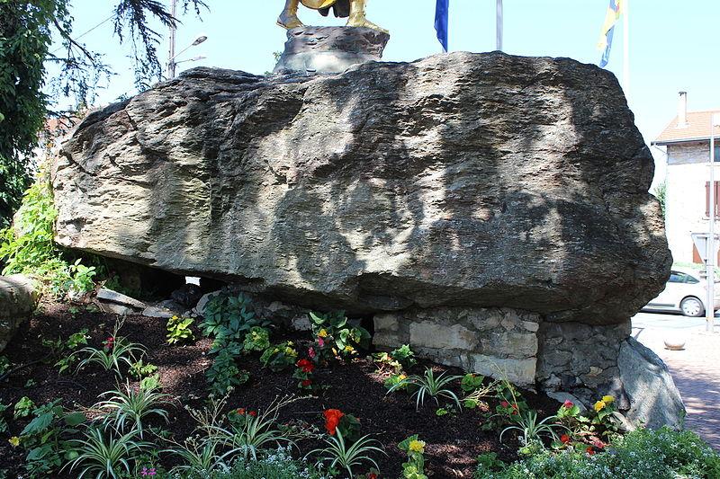 Photo du Monument Historique Bloc erratique à cupules situé à La Verpillière