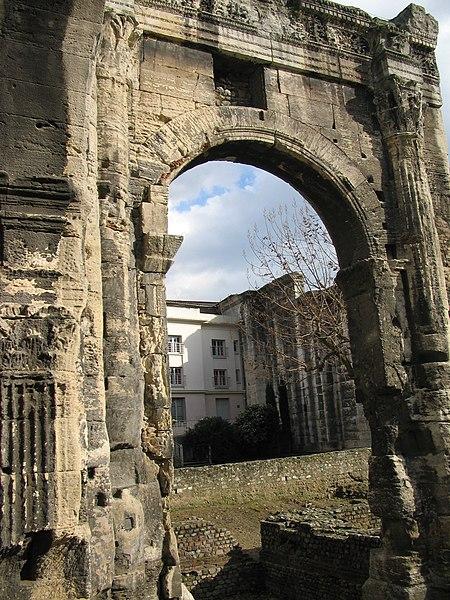 Photo du Monument Historique Restes du portique romain, dit du Forum situé à Vienne