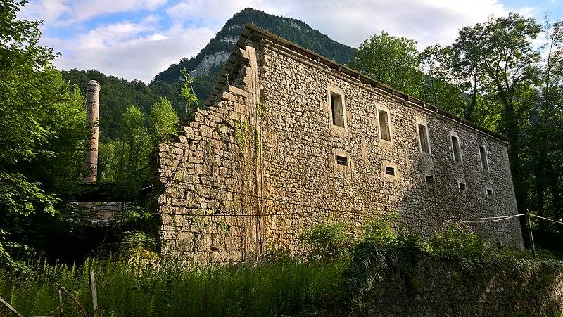 Photo du Monument Historique Ancienne distillerie des Chartreux à Fourvoirie situé à Saint-Laurent-du-Pont
