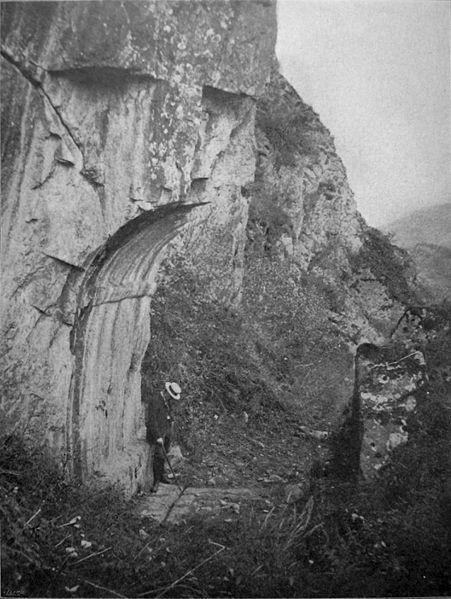 Photo du Monument Historique Porte romaine de Bons situé à Mont-de-Lans