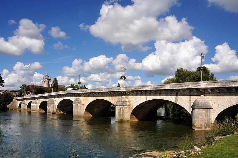 Photo du Monument Historique Grand pont sur le Doubs situé à Dole