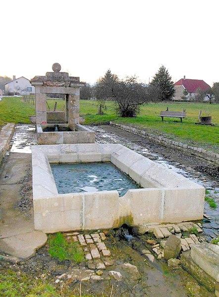 Photo du Monument Historique Fontaine avec son bassin situé à Mutigney
