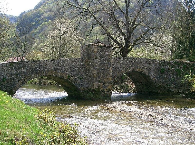 Photo du Monument Historique Pont sur la Seille avec le petit oratoire situé à Nevy-sur-Seille