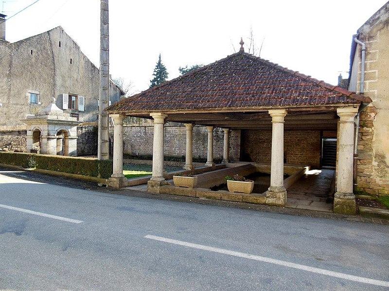 Photo du Monument Historique Pavillon de fontaine de la fontaine-lavoir situé à Peintre