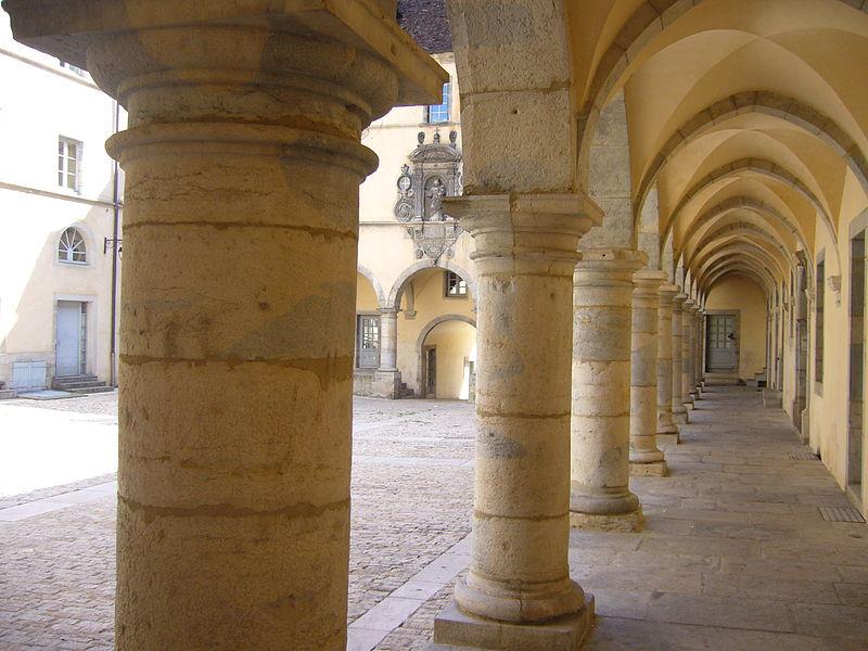 Photo du Monument Historique Ancien couvent des Ursulines situé à Poligny