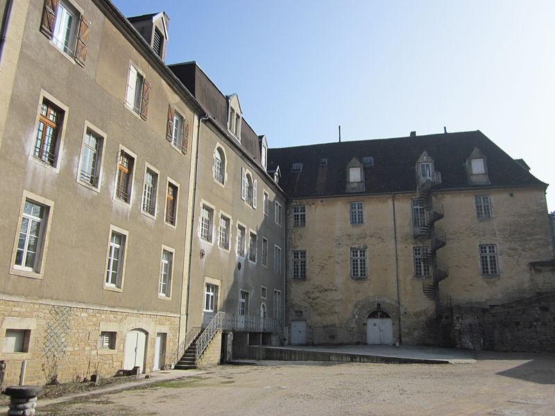 Photo du Monument Historique Ancien prieuré de Vaux, puis ancien petit séminaire, actuellement collège Notre-Dame de Vaux situé à Vaux-sur-Poligny