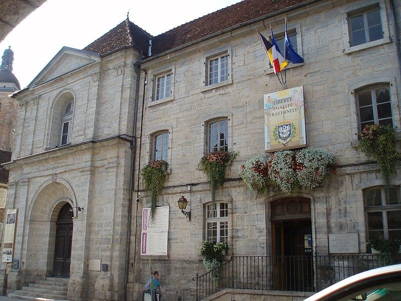 Photo du Monument Historique Ancien couvent des Ursulines, actuel Hôtel de Ville et tribunal situé à Arbois