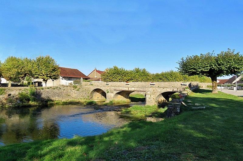 Photo du Monument Historique Pont 18e siècle près de l'église situé à Ruffey-sur-Seille