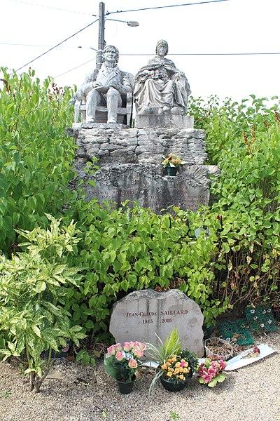 Photo du Monument Historique Monument funéraire du sculpteur Bourgeois et de sa femme du cimetière de Lons-le-Saunier situé à Lons-le-Saunier