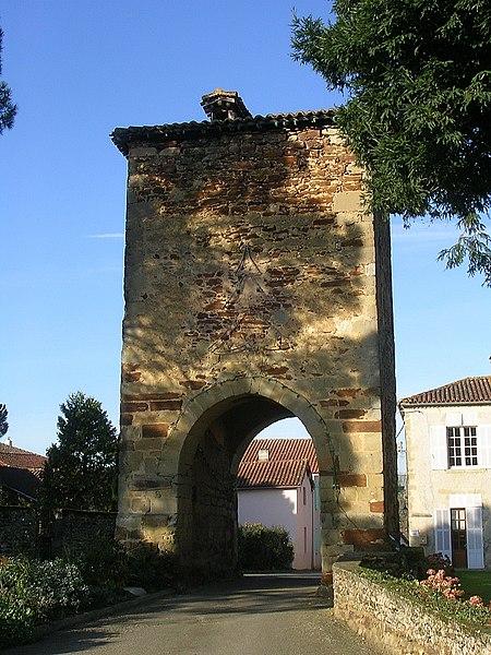 Photo du Monument Historique Ancienne Porte de ville, dite tour de Maubourguet situé à Saint-Loubouer