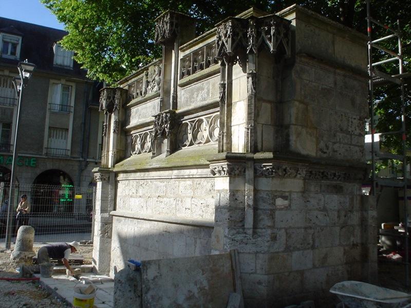 Photo du Monument Historique Fontaine Louis XII situé à Blois