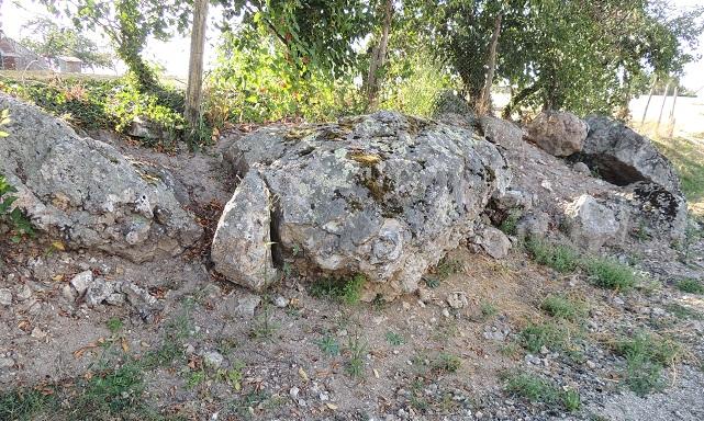 Photo du Monument Historique Dolmen situé à Huisseau-en-Beauce