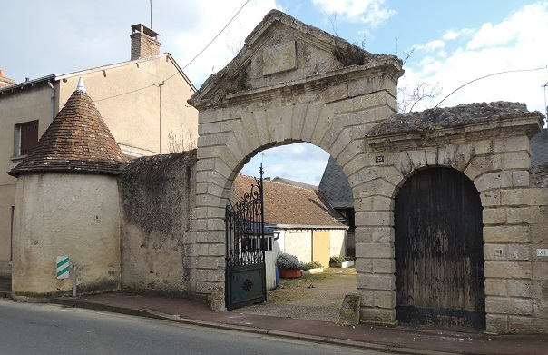 Photo du Monument Historique Ancien manoir, dit Porte de la Perrine situé à Morée