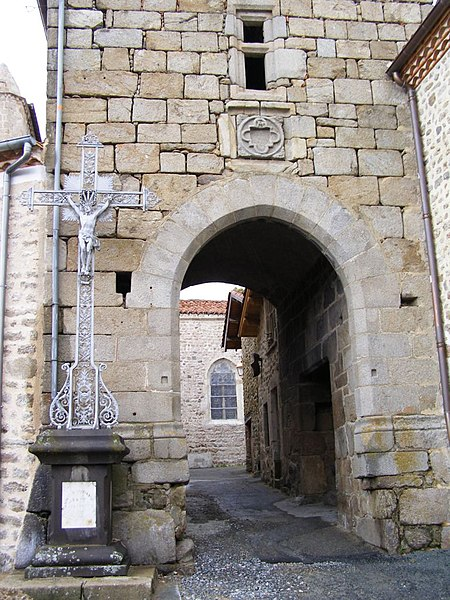 Photo du Monument Historique Enceinte fortifiée (restes) situé à Sauvain