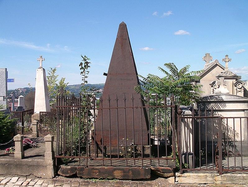 Photo du Monument Historique Tombeau Smith, ou Pyramide Smith, situé dans le cimetière du Crêt du Roc (cimetière Saint-Claude) situé à Saint-Etienne