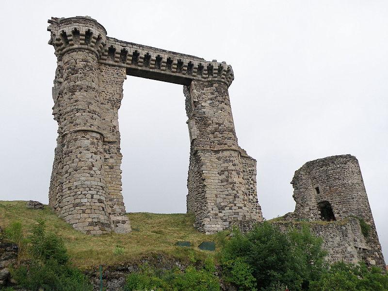 Photo du Monument Historique Ruines du château et terrain qui entoure ces ruines situé à Allègre