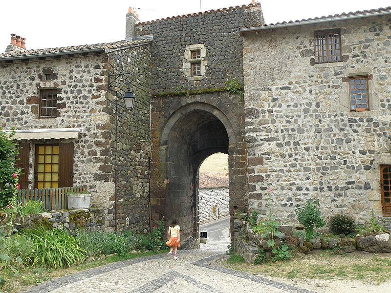 Photo du Monument Historique Ancienne poterne d'enceinte situé à Arlempdes