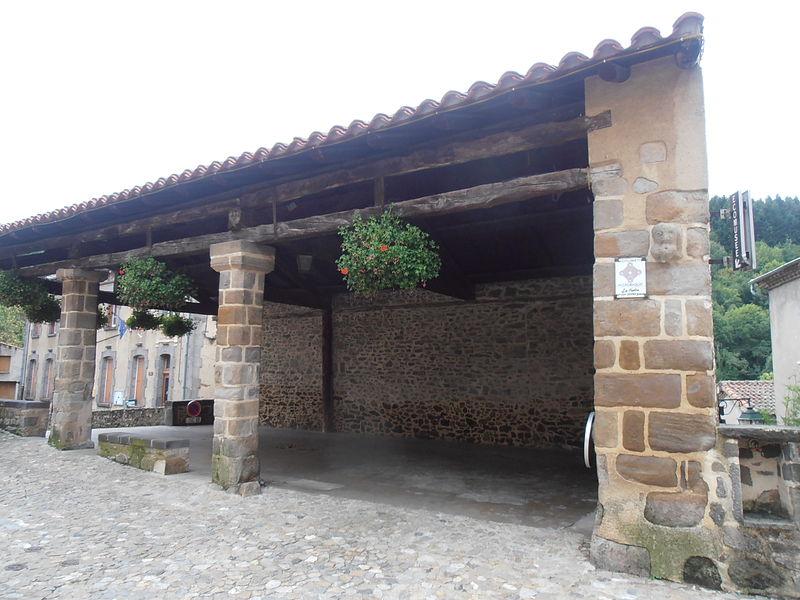 Photo du Monument Historique Halles situé à Auzon