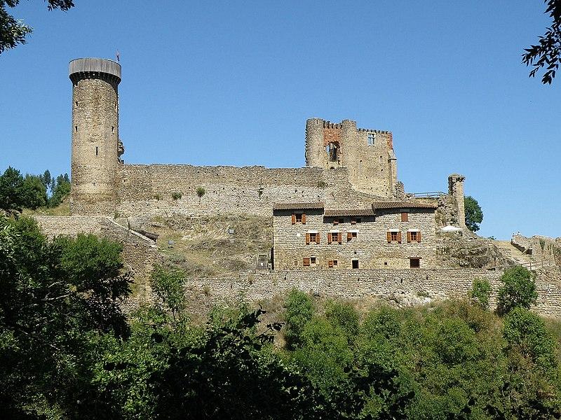 Photo du Monument Historique Ruines du Château fort de Rochebaron situé à Bas-en-Basset