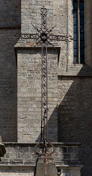 Photo du Monument Historique Croix en fer forgé à droite de l'escalier devant l'église situé à La Chaise-Dieu