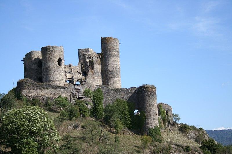 Photo du Monument Historique Ruines du Château fort situé à Domeyrat